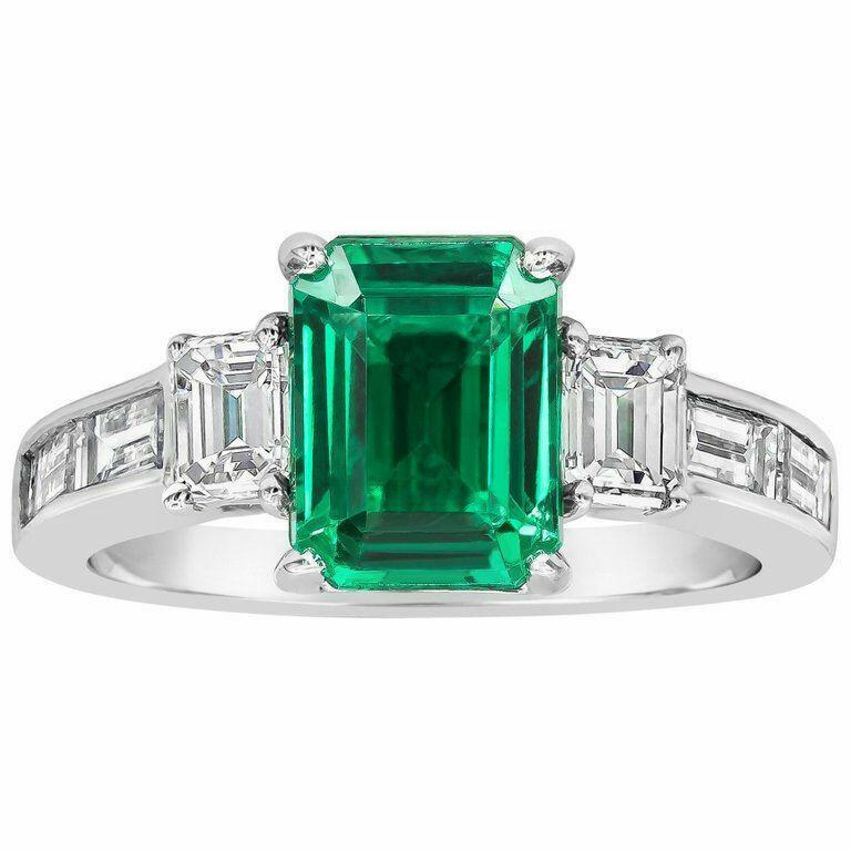 Emerald-cut diamond side-stones set in 18K white gold